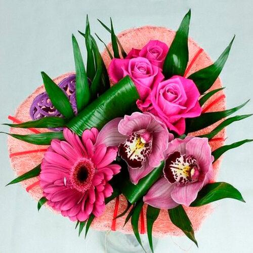 3 розы, 2 орхидеи, 1 гербера, зелень, каркас