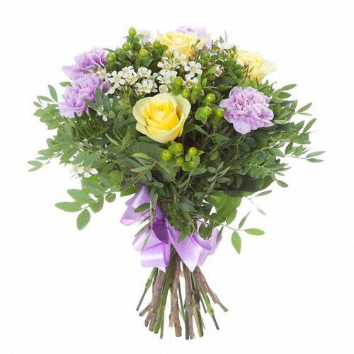 3 розы, 4 ветки гиперикума, 5 гвоздик, зелень