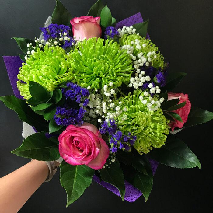 8000тг; 4 одноголовые хризантемы, 3 розы, 3 статицы, зелень