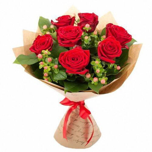 7 роз, 2 веток гиперикума