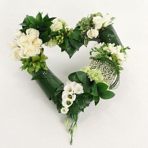 10 гвоздик, 10 роз, 4 фрезии, 3 лизиантуса, зелень, каркас сердце
