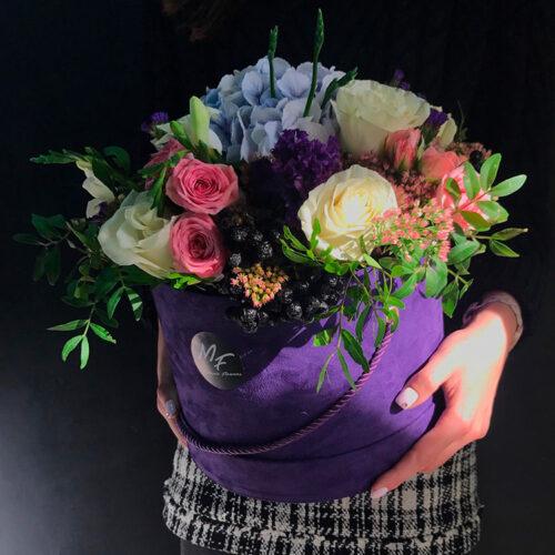 1 гортензия, 5 роз, 3 кустовые розы, 3 лизиантуса, 3 фрезии, 1 бруния, зелень, декор