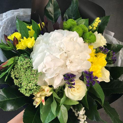 1 гортензия, 3 хризантемы, 3 розы, 3 альстромерии, зелень