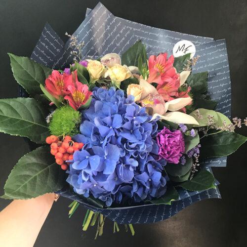 1 гортензия, 3 орхидеи, 1 кустовая роза, 5 гвоздик, 2 альстромерии, зелень