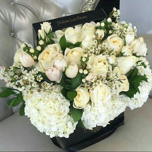 3 гортензии, 11 роз, 7 тюльпанов, 3 гиперикума, 3 ветки шамилатсума