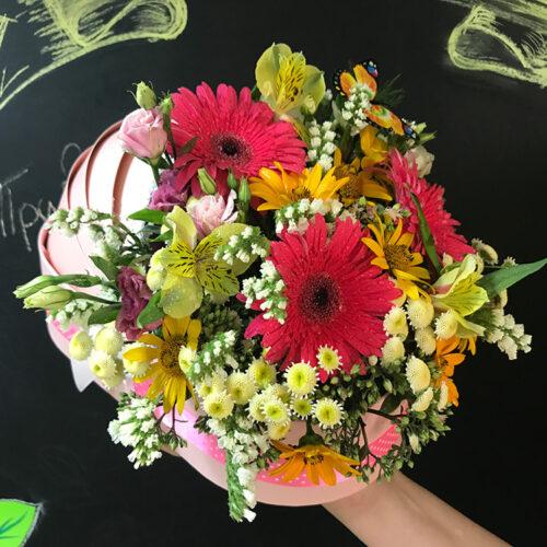 3 герберы, 3 альстромерии, 3 кустовые розы, 1 лизиантус, 3 ветки статицы, зелень