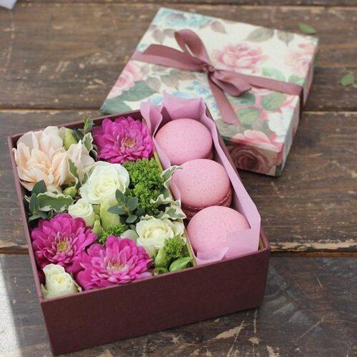 3 макарунс, 1 пион, 3 хризантемы, 2 кустовые розы, зелень