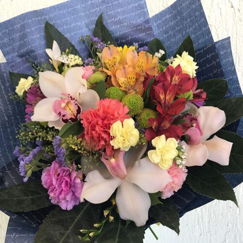 3 орхидеи, 5 гвоздик, 1 хризантема, 2 альстромерии, 3 ветки статицы, зелень