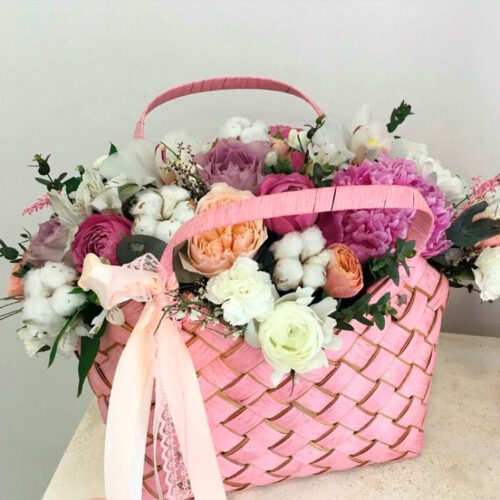 4 хлопка, 2 альстромерии, 3 кустовые гвоздики, 3 орхидеи, 7 роз, 1 пион, зелень